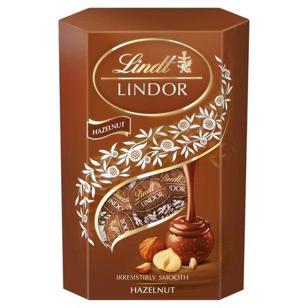 LINDT Lindor Pralinki z czekolady mlecznej z kawałkami orzechów laskowych i nadzieniem (1)